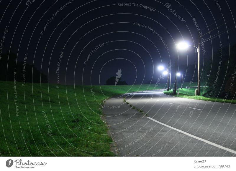 Am Ende ist das Licht Nacht Einsamkeit Laterne dunkel Verkehrswege Straße