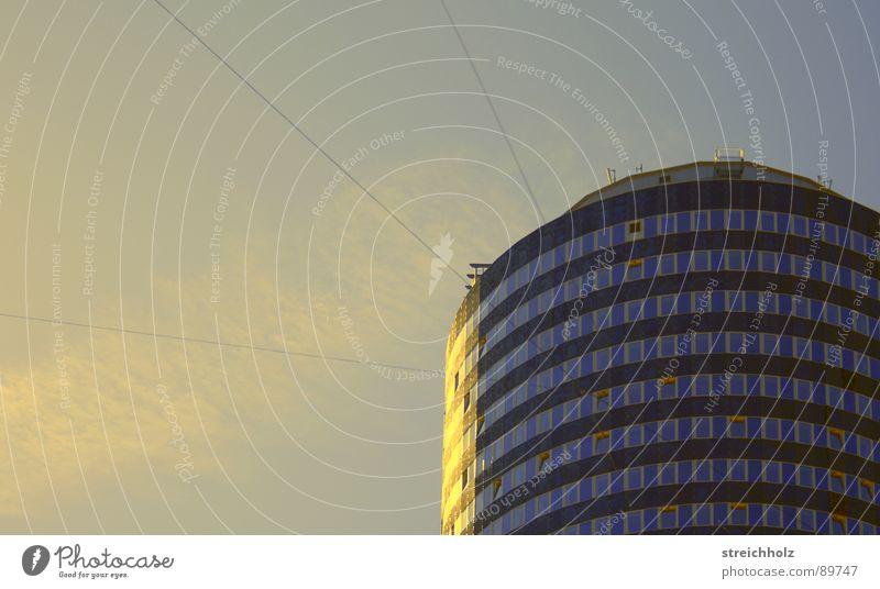 türmchen von Jena Hochhaus Fenster Kondensstreifen Sonnenaufgang Haus rund Ladengeschäft modern Turm Uniturm Fensterwand Himmel blau Kreis Industriefotografie