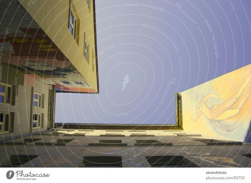 Häuserschlucht Himmel Haus Fenster modern Bauernhof Optimismus Innenhof
