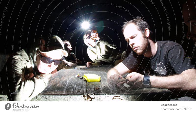 MultiCore Bankett schnitzen Höhepunkt Menschengruppe Sonnenbrille Tisch Holz Nacht dunkel hart Mann Frau Langzeitbelichtung trinken Wurstwaren Sommer Festessen