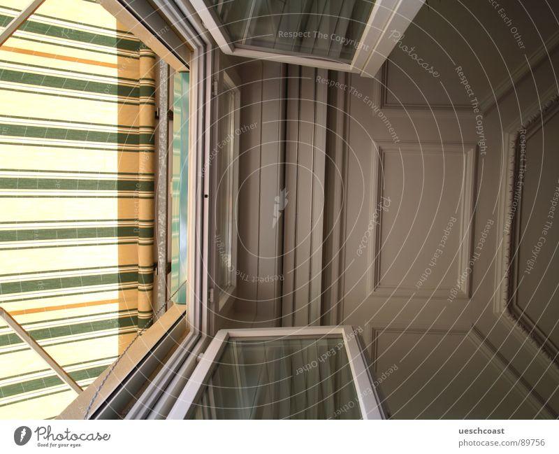 decke Sommer oben Fenster hell Raum Glas offen Streifen unten Balkon Langeweile Decke Gips