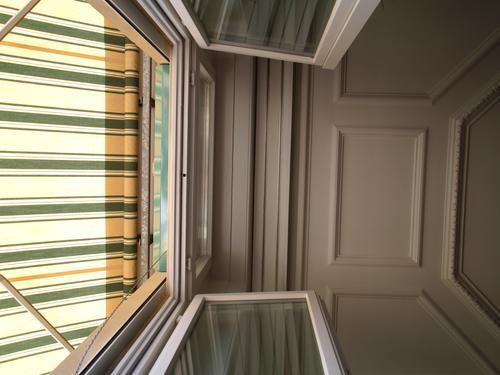 decke Sommer Raum Fenster Balkon unten Streifen Langeweile Decke storen sonnenstoren balkontüre oben stukatur stukkatur Gips Glas offen hell Innenaufnahme