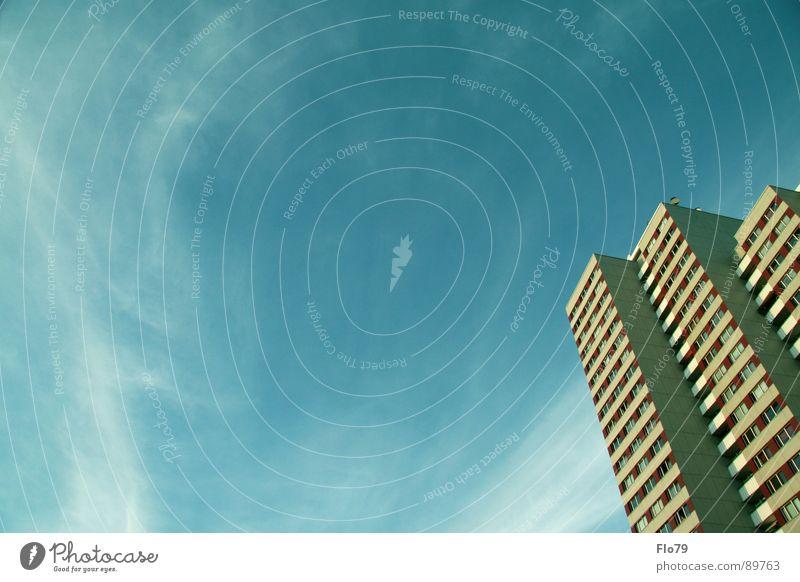 Himmel vs. Haus Stadt Plattenbau türkis Wolken Wohnung Beton Hochhaus Fenster Fernweh Balkon trist Berlin Architektur Hauptstadt capital sky turquoise clouds