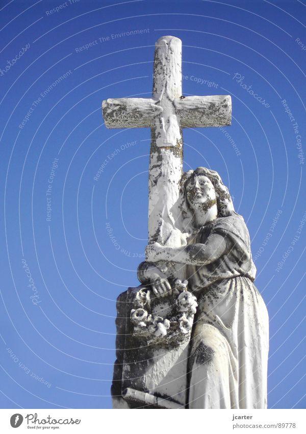 Embrace the Cross Himmel Tod grau Stein Traurigkeit Religion & Glaube Rücken Hoffnung Trauer Ostern Frieden Statue Verzweiflung heilig Friedhof Grab