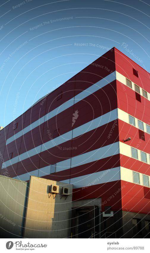 Industrielles Streifenhörnchen Himmel blau weiß rot Sommer Haus Fenster Gebäude Lampe Verkehr außergewöhnlich Hochhaus Streifen trist Industrie Kitsch