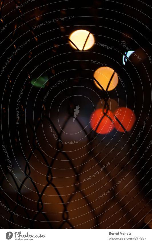 nachtschattengewächs Verkehrswege fahren Zaun Maschendraht Draht Kreis rund dunkel PKW Ampel Maschendrahtzaun Silhouette schön Muster gelb rot Unschärfe