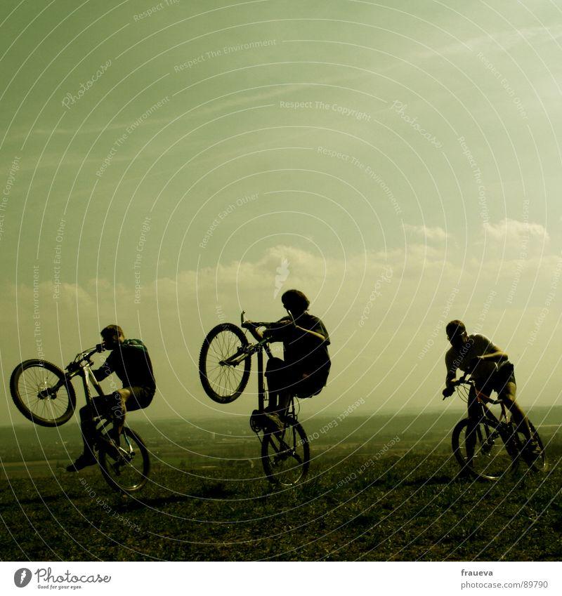 the world is a playground Fahrradfahren Mann maskulin Motorradfahrer toben Wolken grün Spielen Außenaufnahme Fröhlichkeit Ausgelassenheit Freude Menschengruppe
