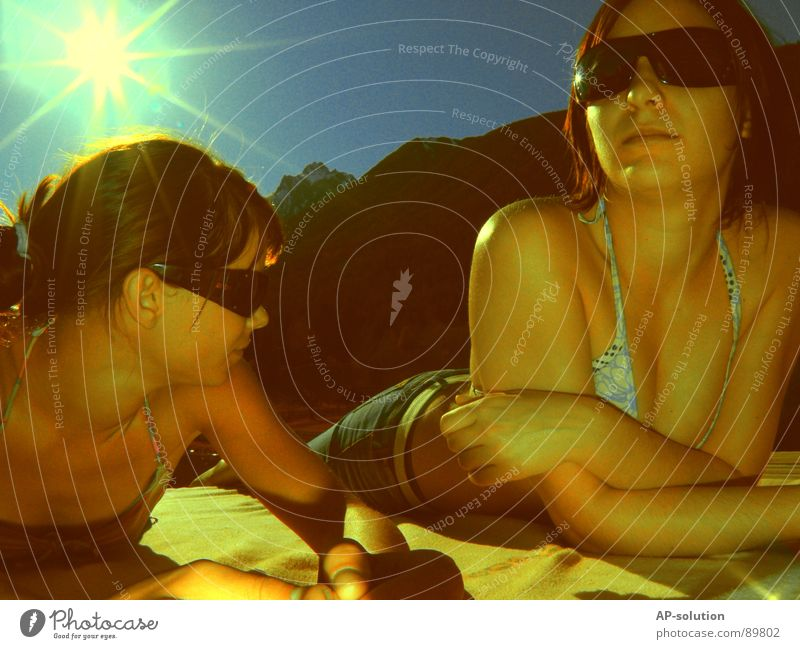 Sonnenliegen Frau Jugendliche Himmel Sonne blau Sommer Freude Gefühle Stil Berge u. Gebirge Frühling Wärme Freundschaft retro Brille Physik