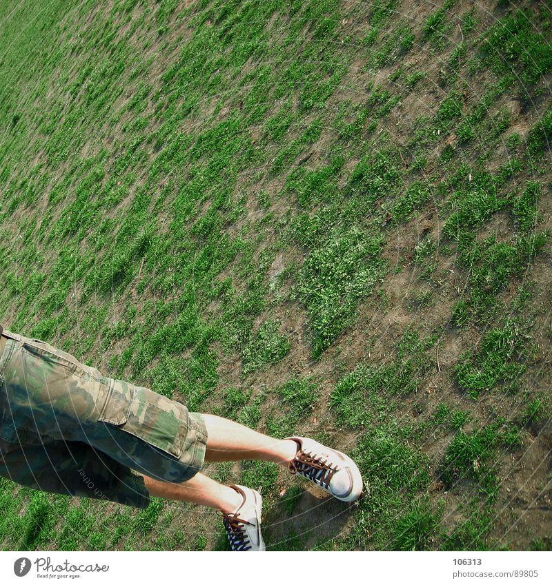 SCHIEFLAGE [unten®] Mensch Mann grün Sommer Freude Erholung Wiese Spielen Wärme Beine Park braun Schuhe gehen Feld laufen