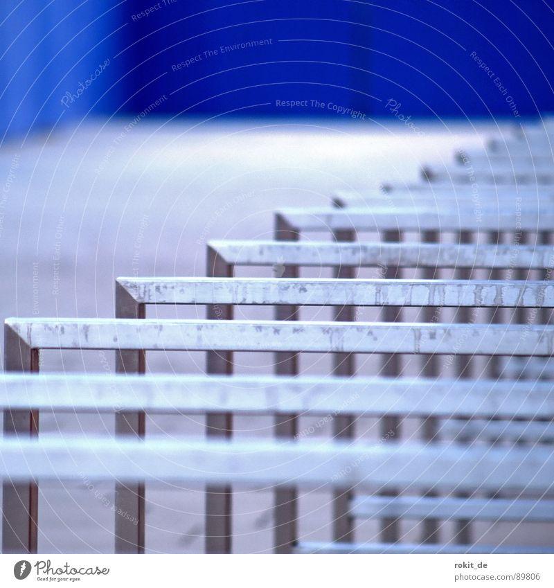 Die blaue Ecke... Farbe kalt Metall dreckig Feder Sicherheit streichen Zusammenhalt Zaun Tiefenschärfe Holzbrett Verkehrswege parken Spalte