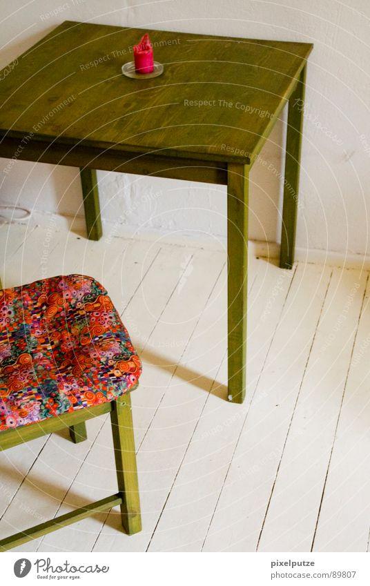 nur zu besuch Lebensraum Wohnzimmer Raum weiß dezent leicht Tisch Kerze rot Flur Dielenboden Stil Lifestyle leer Holztisch Holzstuhl dreibeinig Altbau einfach