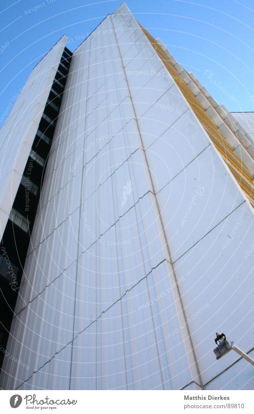 STRANDSCHÖNHEIT Hotel Strand Beton Ferien & Urlaub & Reisen Eindruck Fehmarn träumen Balkon Markise Mangel Betonklotz grau Hochhaus Stadt weiß himmelblau
