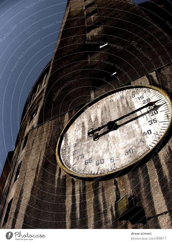 Gasometer Dresden Industriefotografie old large building measuring device black clock