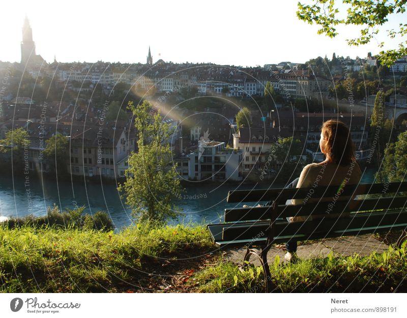 Blick auf Bern Mensch feminin Junge Frau Jugendliche 1 13-18 Jahre Kind Schönes Wetter Fluss Stadt Hauptstadt Stadtrand Haus beobachten Denken Erholung