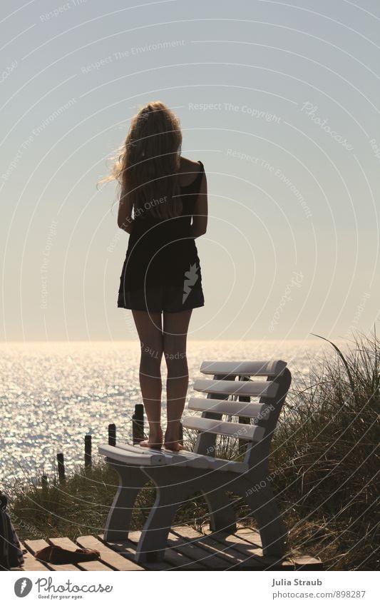Fernweh ahoi Mensch Jugendliche blau Sommer Erholung Meer Junge Frau ruhig 18-30 Jahre Strand Erwachsene Wärme feminin Gras Küste Holz