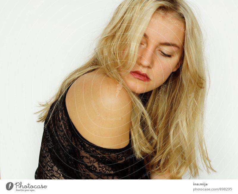 Moment der Stille Mensch Frau Jugendliche Einsamkeit Junge Frau ruhig 18-30 Jahre Erwachsene Traurigkeit Gefühle feminin Haare & Frisuren Stimmung nachdenklich