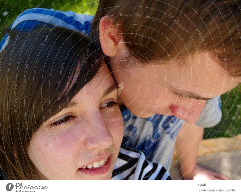 pique-nique dans le jardin Picknick Frühling Sommer Frau Mann genießen Denken Luft Wiese Gras Zusammensein springen grinsen Erholung Jugendliche Garten Auge