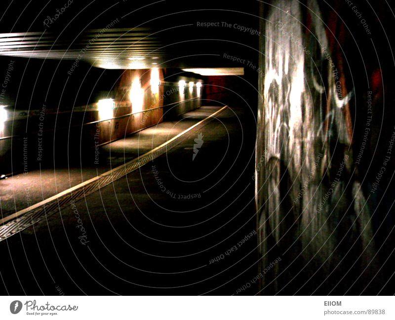 Tunnel Nacht London Underground Einsamkeit Bahnhof Straße Wege & Pfade Beleuchtung Night Street Grafitty Bahntunnel