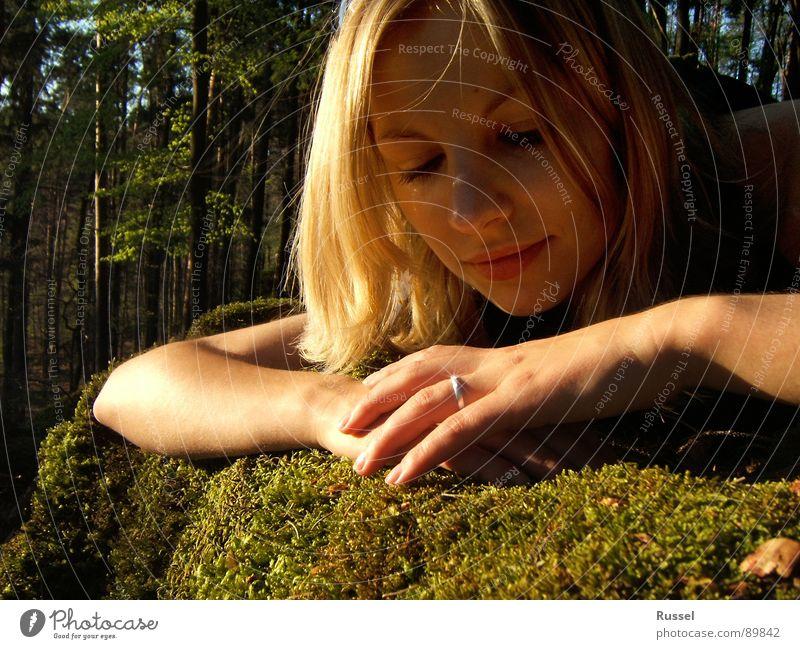 love of a lifetime Verlobung Gefühle Ehe Diamant Diamantring Warmes Licht grün Frühling Fränkische Schweiz Frau schön Kreis Verhext gold beautiful Moos
