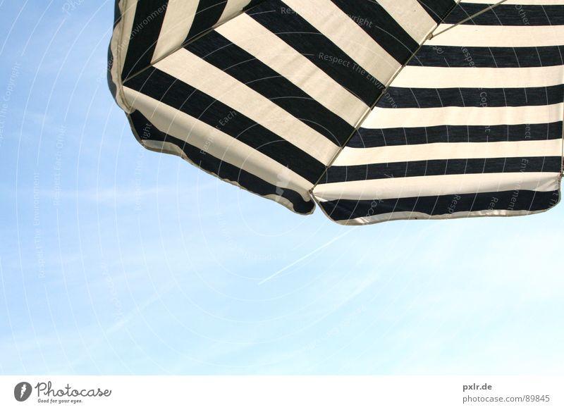 Urlaubsfeeling Erholung Ferien & Urlaub & Reisen Sommer Sonne Luft Himmel genießen träumen blau weiß Zufriedenheit Schutz Gelassenheit Sonnenschirm Sonnendach
