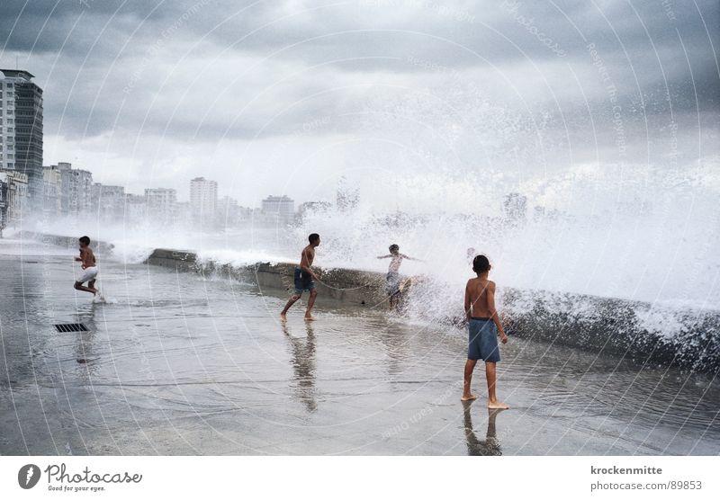 Wassermusik IV Kind Ferien & Urlaub & Reisen Meer Freude Wolken Junge Spielen Wellen mehrere hoch frisch nass genießen Risiko Erfrischung