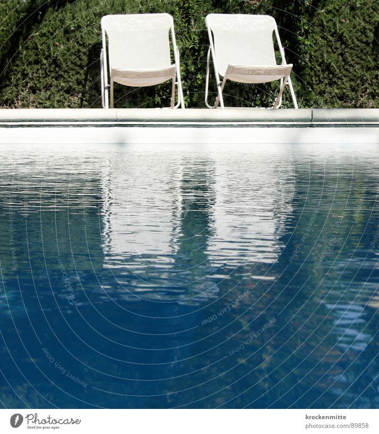 P OO L Wasser grün blau Sommer Ferien & Urlaub & Reisen ruhig Schwimmbad Stuhl Freizeit & Hobby Hotel Frankreich Hecke Campingstuhl Gartenstuhl