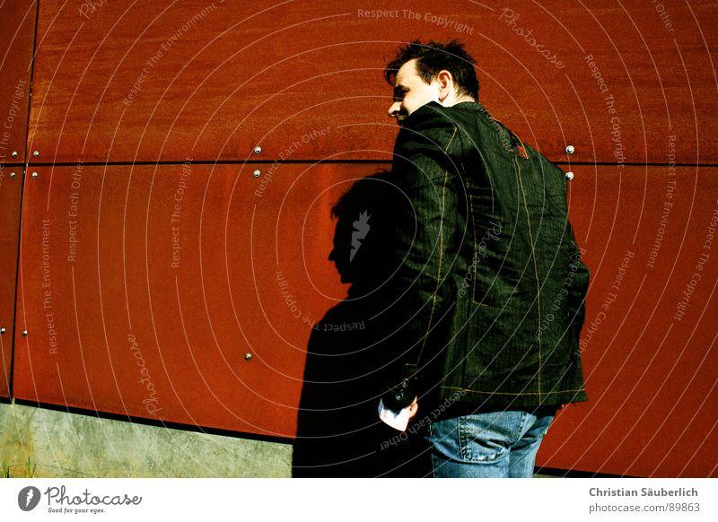 UNENTDECKT? Mann Himmel blau rot Wand orange Metall laufen Beton geheimnisvoll Rost Schönes Wetter Eisen Schraube Rechteck Niete