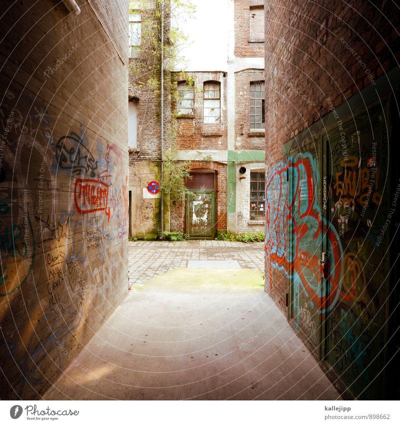 gasse Stadt Haus Industrieanlage Fabrik Mauer Wand Fassade Fenster Tür dunkel Gasse eng Graffiti Backstein Farbfoto Gedeckte Farben Außenaufnahme Licht Schatten