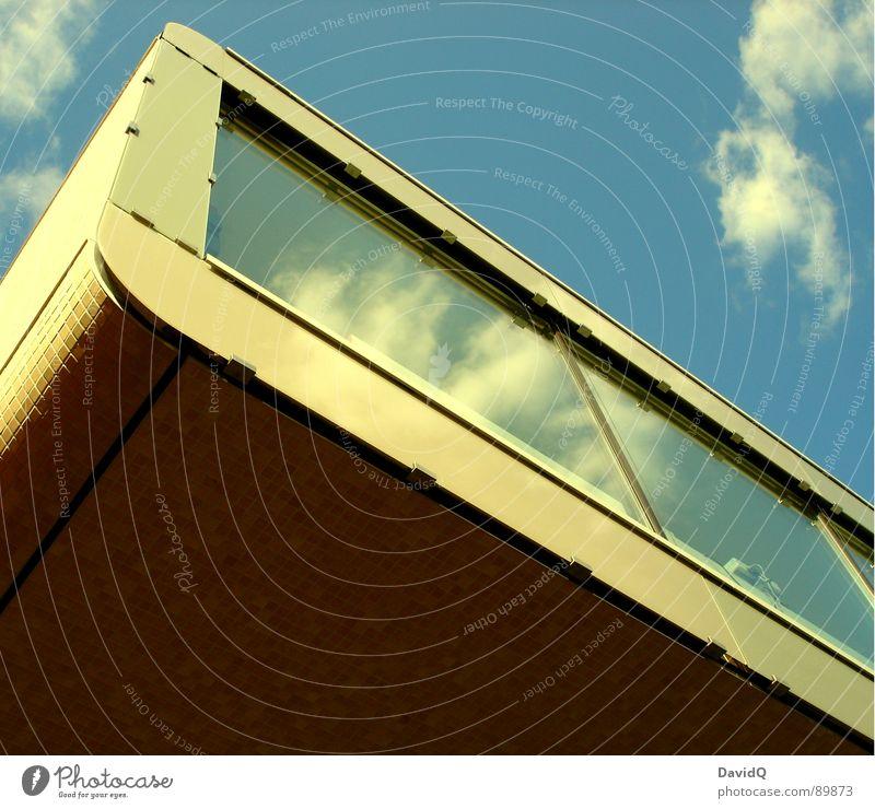 Schwebende Schwere Himmel blau Wolken Wand Architektur Fassade modern retro Spiegel Siebziger Jahre Spiegelbild Moderne Architektur