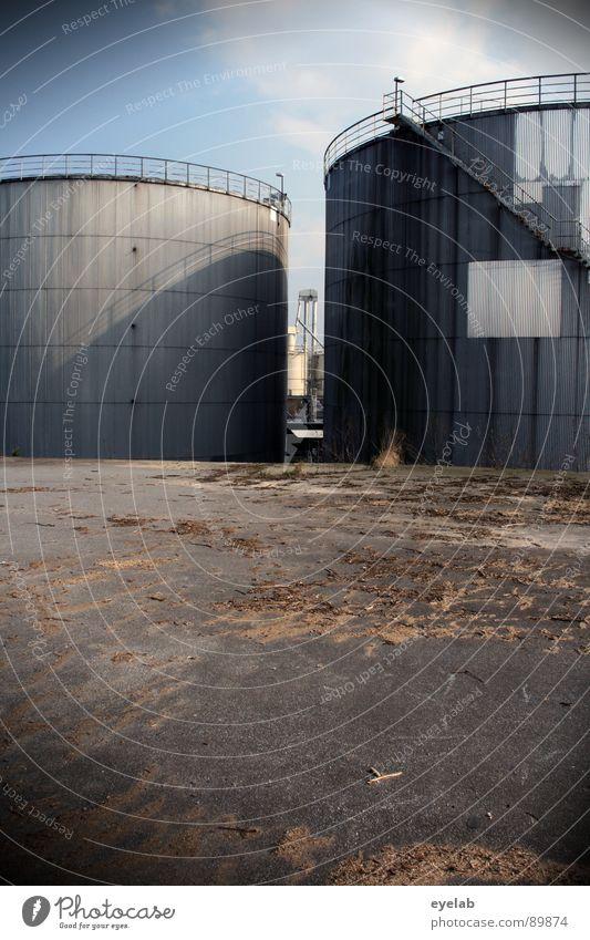 Ich bin 2 Öltanks ! Himmel alt Sonne Wolken Gebäude Arbeit & Erwerbstätigkeit dreckig Platz Treppe Energiewirtschaft gefährlich Industrie Sträucher rund