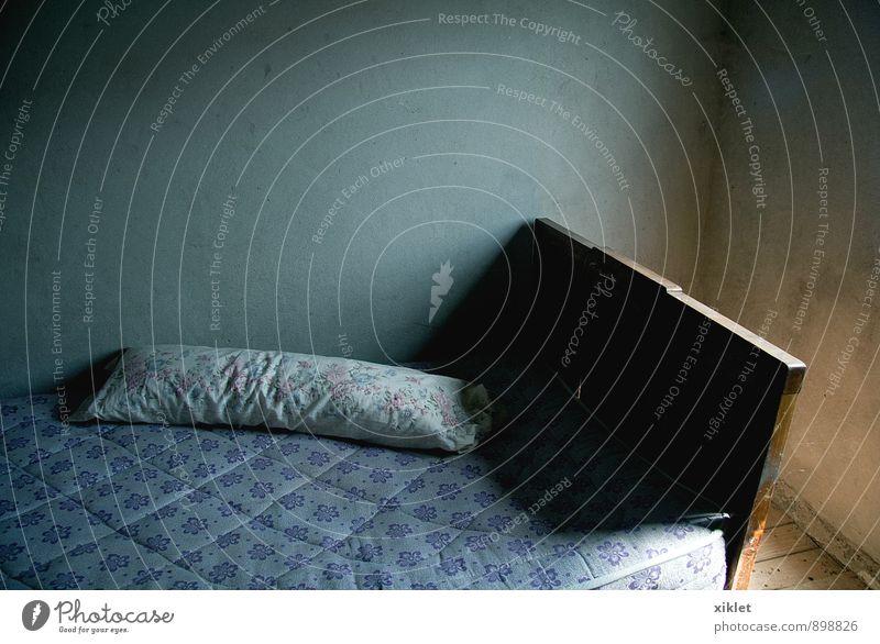 alt Farbe weiß Sonne Einsamkeit Haus dunkel kalt Wand Traurigkeit klein leer schlafen Bett Schlafzimmer Kissen