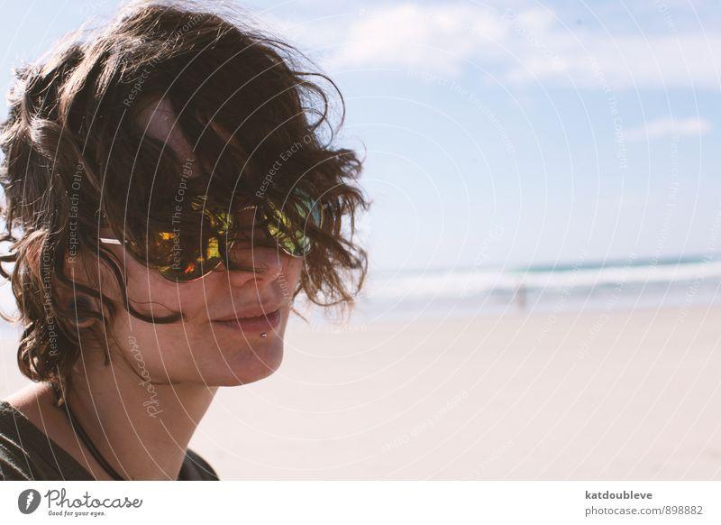 Je me sauve feminin androgyn Kopf Haare & Frisuren 1 Mensch Natur Erde Wasser Himmel Sonne Sommer Schönes Wetter Küste Nordsee Ostsee Meer Lächeln Blick warten