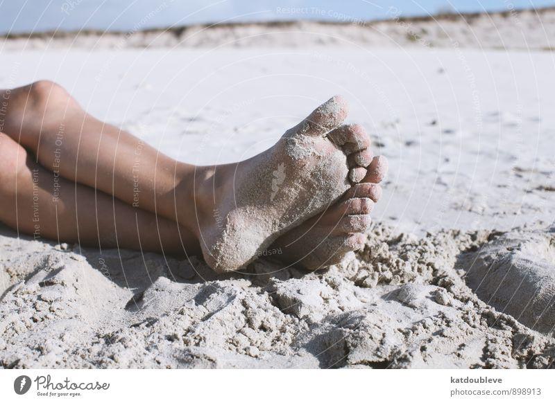 pieds Natur nackt Sommer ruhig Freude Strand Küste Schwimmen & Baden Sand Beine Fuß liegen Freizeit & Hobby Erde Zufriedenheit Klima