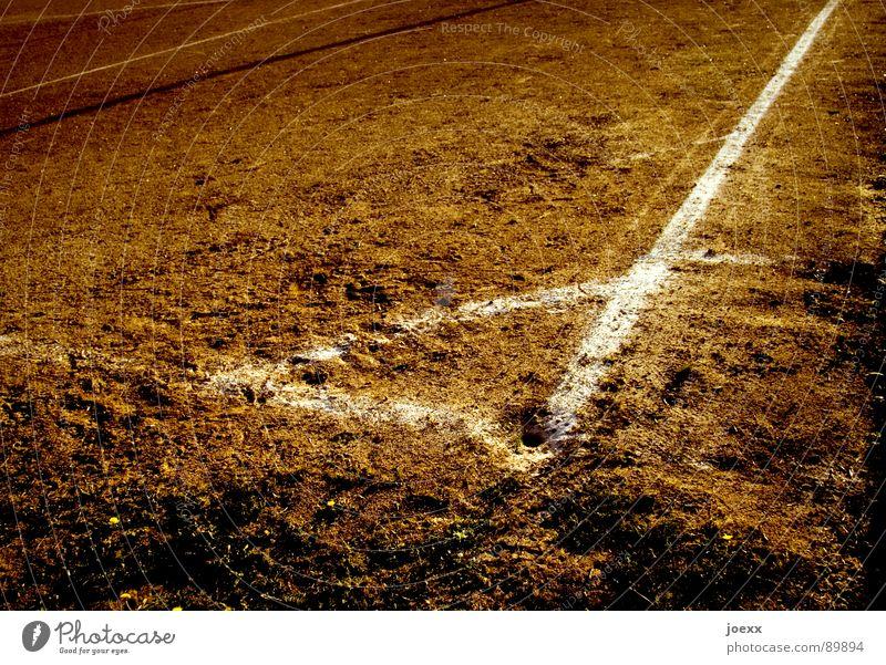 Winkeldreieck Ecke braun Eckstoß Erdloch Feld Fußballplatz Hartplatz Platz Am Rand Sandplatz dreckig Spielen Sportplatz Staub staubig Streifen trocken Dürre