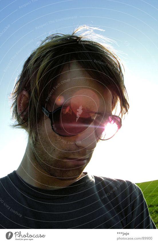 l.o.o.k.d.o.w.n. Selbstportrait Pornobrille Physik Mann Sonnenbrille Brille Körperhaltung unrasiert Gegenlicht Sonnenstrahlen Lichtpunkt Coolness