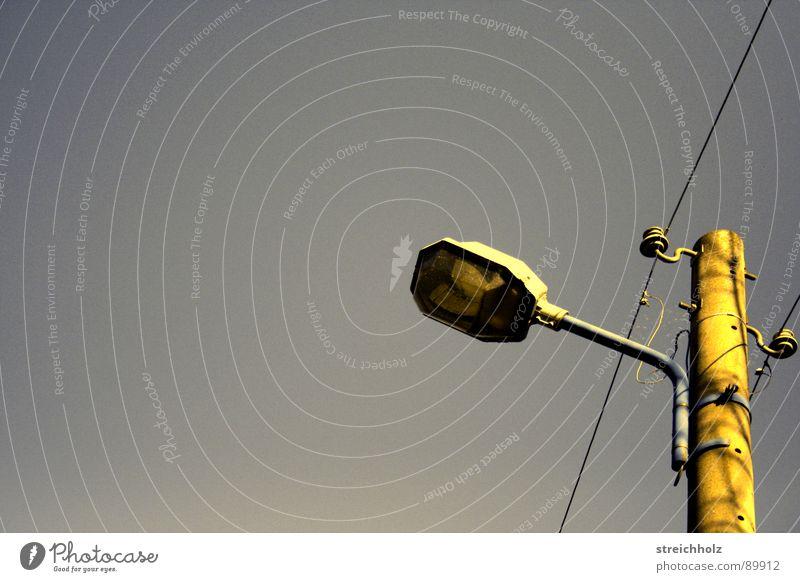 Lämplein am Himmel alt Lampe Traurigkeit Beleuchtung Energiewirtschaft Elektrizität Laterne Verkehrswege DDR Radio Straßenbeleuchtung Belichtung Hochspannungsleitung Altstadt Laternenpfahl Strömung