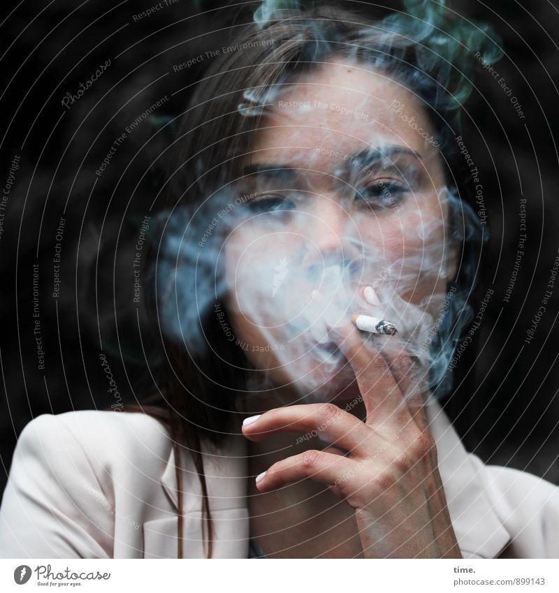 Yuliya feminin Junge Frau Jugendliche 1 Mensch Jacke Zigarette brünett langhaarig beobachten festhalten Rauchen warten Coolness Mut Tatkraft Leidenschaft