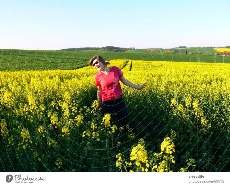mein Baby #1 springen Freizeit & Hobby hüpfen klein süß Frau Sonnenbrille Raps Feld Frühling Diesel Kohlendioxid Klimawandel gelb Streifen Stengel Sauerstoff