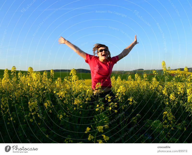 Mein Baby #2 springen Freizeit & Hobby hüpfen klein süß Frau Sonnenbrille Fröhlichkeit Raps Feld Frühling Diesel Kohlendioxid Klimawandel gelb Streifen Stengel