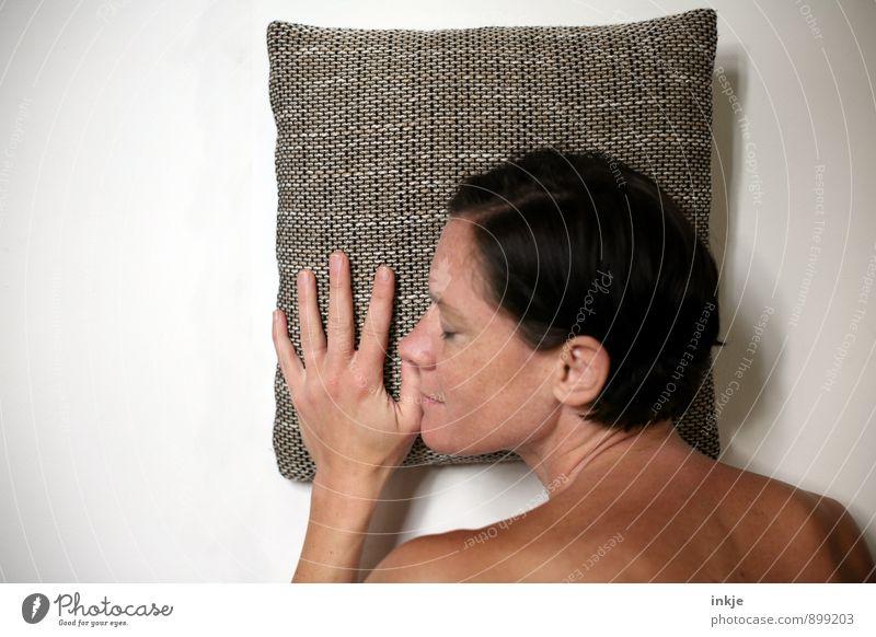 Nickerchen Lifestyle Wohlgefühl Zufriedenheit Erholung ruhig Freizeit & Hobby Frau Erwachsene Leben Gesicht Hand 1 Mensch 30-45 Jahre Kissen Kopfkissen Lächeln