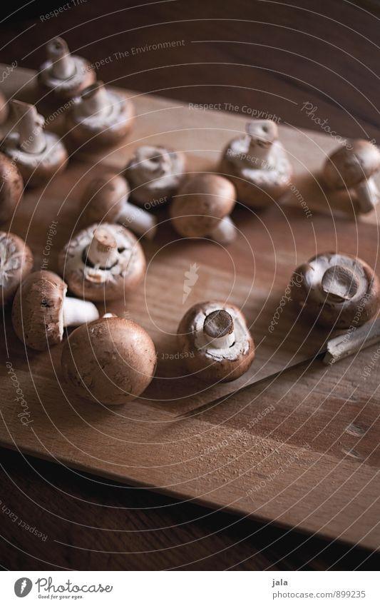 champignons Lebensmittel Gemüse Champignons Ernährung Bioprodukte Vegetarische Ernährung Messer Schneidebrett Gesunde Ernährung frisch Gesundheit lecker