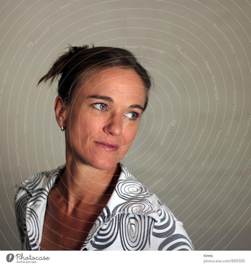 . feminin Frau Erwachsene 1 Mensch 30-45 Jahre Hemd brünett kurzhaarig Zopf beobachten Blick schön Glück Fröhlichkeit Zufriedenheit Leidenschaft Geborgenheit