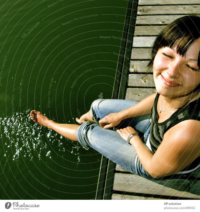 Zufriedenheit Frau Jugendliche Wasser Mädchen Sonne grün blau Sommer Freude Ferien & Urlaub & Reisen Gefühle Stil Frühling Glück Fuß See