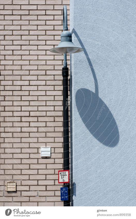 Laterne mit Schatten Stadt Haus Wand Architektur Mauer Gebäude Stein Metall Fassade Schilder & Markierungen Schriftzeichen Hinweisschild einfach retro Zeichen