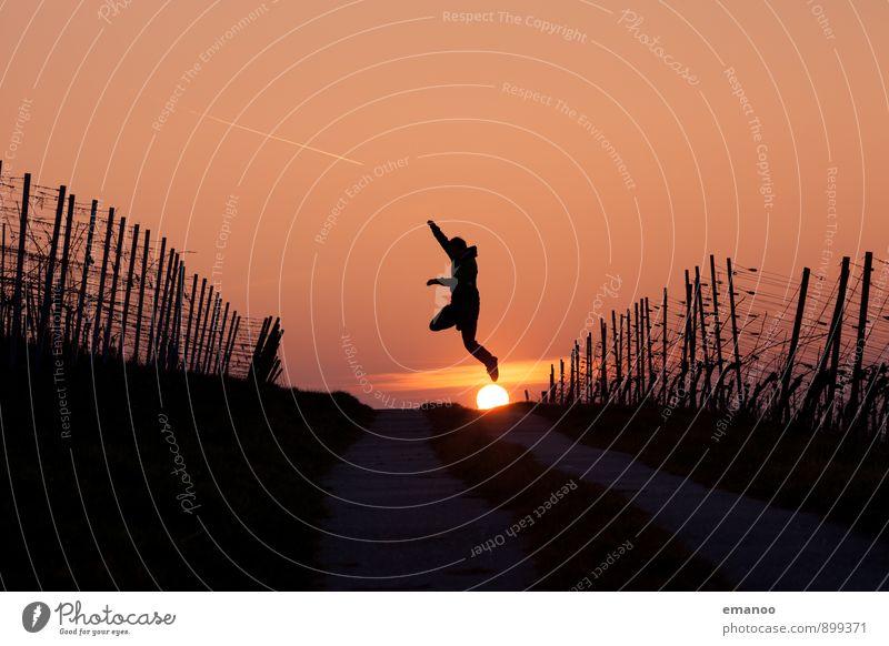 Sonnensprung Lifestyle Freude Ferien & Urlaub & Reisen Ferne Freiheit wandern Mensch Junger Mann Jugendliche Erwachsene Körper 1 Natur Landschaft Himmel
