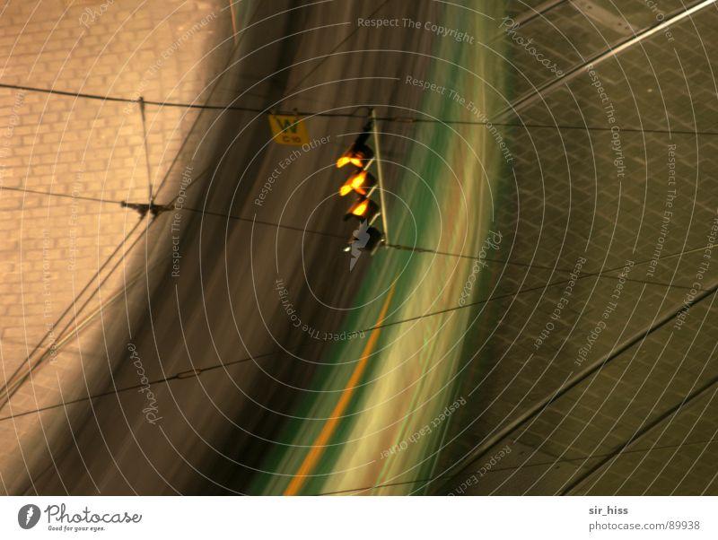 Schnell nach hause Oberleitung Elektrizität rund Gleise Überqueren gekrümmt Verkehrswege Detailaufnahme Kopfsteinpflaster Lichtzeichensignalanlage Frequenz Ecke