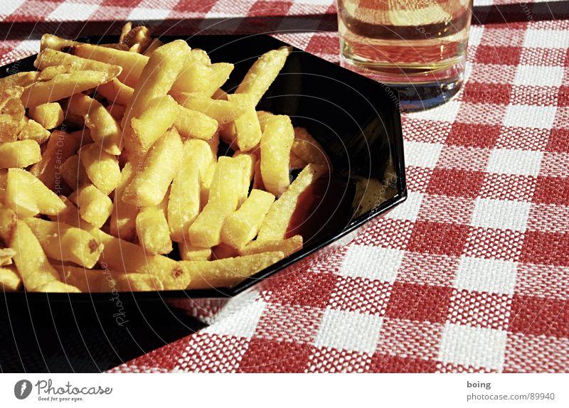 pontchengedeck / kockás abrosz Imbiss Pommes frites Beilage Mahlzeit Ketchup Portion gold goldgelb Fett heiß Gischt Ernährung Bierglas Radler Biergarten