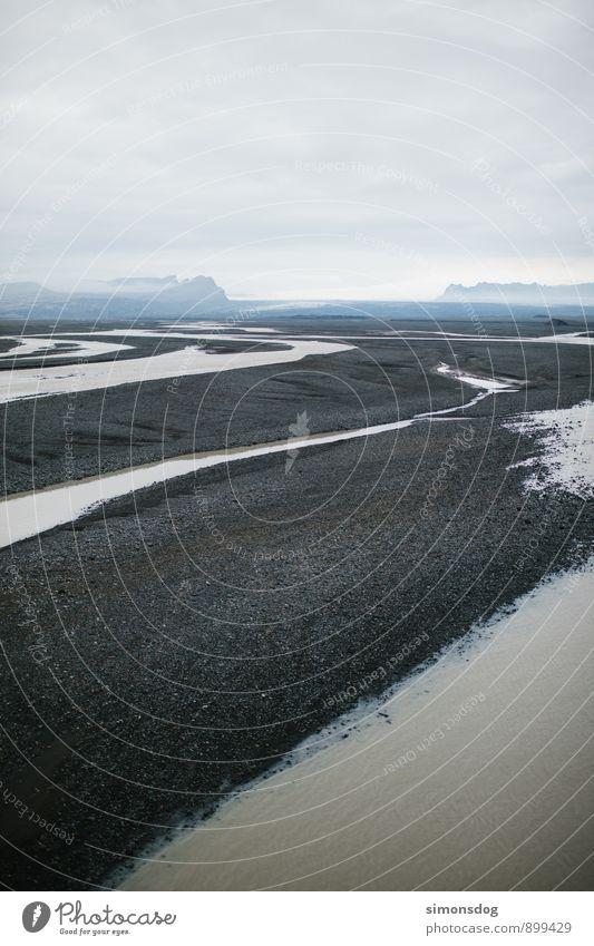 I'm in Iceland. Landschaft Wolken Nebel Berge u. Gebirge Flussufer Bach Natur Flußbett Gletscherfluss Island Kies Farbfoto Gedeckte Farben Außenaufnahme