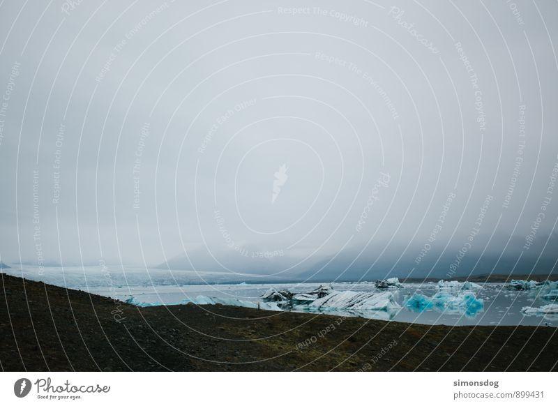 I'm in Iceland. Natur Landschaft Urelemente Wasser Wolken Winter Klimawandel schlechtes Wetter Nebel Eis Frost Gletscher Seeufer Meer Zufriedenheit