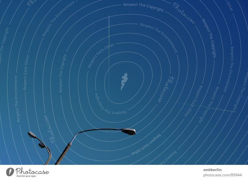 Unklare Richtung Himmel blau Sommer Rücken Luftverkehr paarweise Laterne Richtung Sportveranstaltung durcheinander Konkurrenz himmelblau quer Kondensstreifen